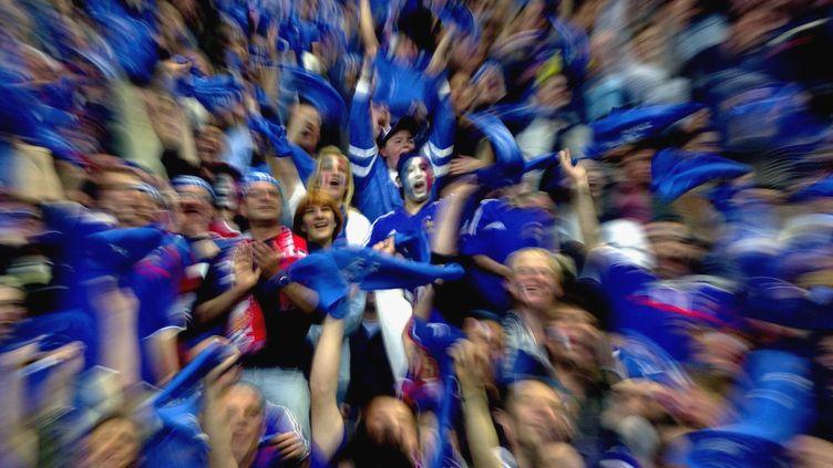 Les supporters français lors du match France-Belgique, le 18 mai 2002 au Stade de France. (TIM DE WAELE / CORBIS SPORT / GETTY IMAGES)