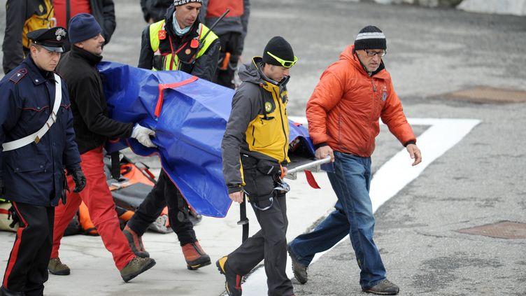 Les sauveteurs italiens ramènent à Courmayeur (Italie)les corps des deux alpinistes français retrouvés morts mercredi 9 novembre 2011 dans le massif du Mont-Blanc. (JEAN-PIERRE CLATOT / AFP)