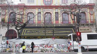 Des fleurs devant le Bataclan, le 13 décembre 2015 à Paris. (MATTHIEU ALEXANDRE / AFP)