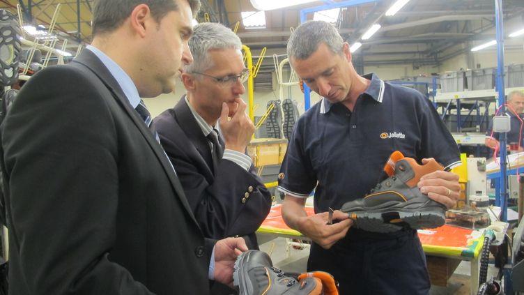 Au centre, Pascal Théveniaud, commissaire au redressement productif pour la région Languedoc-Roussillon, le 28 mai 2014, dans les ateliers de l'usine Jallatte (Gard). (SIMON GOURMELLET / FRANCETV INFO)