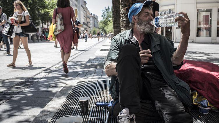 Un sans-abri se désaltère à Lyon (Rhône), le 30 juin 2015. (JEAN-PHILIPPE KSIAZEK / AFP)