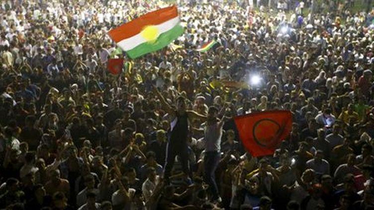 Les partisans du HDP célèbrent le score de leur parti à Diyarbakir (sud-est) aux élections du 7 juin 2015 en Turquie. La formation kurde largement franchi la barre des 10% imposée aux partis pour obtenir un siège sur les bancs du Parlement: avec 13% des voix, il en obtient 79. (Reuters - Osman Orsal)