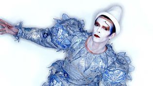 "David Bowie en clown blanc, époque ""Scary Monsters"". On peut admirer cette tenue signée Natasha Korniloff à la Philharmonie.  (Photographie de Brian Duffy - Photo Duffy © Duffy Archive & The David Bowie Archive.)"