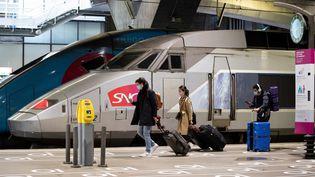 Des voyageurs en gare Montparnasse, à Paris, le 12 mai 2020. (THOMAS SAMSON / AFP)