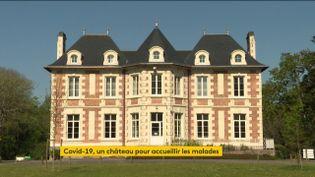Près de Nantes (Loire-Atlantique), un château accueille d'ordinaire des séminaires ou des réceptions. Mais depuis quelques jours, les blouses blanches ont envahi les lieux pour s'occuper des malades les plus précaires. (FRANCEINFO)