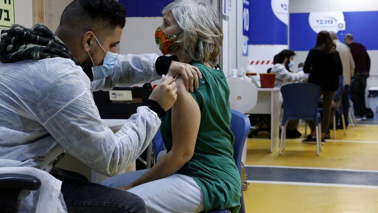 Un centre de vaccination contre le Covid-19 à Tel-Aviv, le 26 janvier 2021. (JACK GUEZ / AFP)