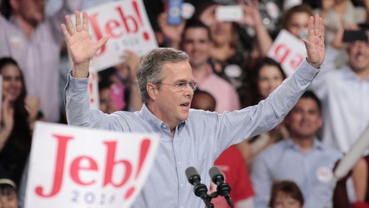 Jeb Bush, candidat à la primaire républicaine en vue de la prochaine élection présidentielle américaine, lance officiellement sa campagne, le 15 juin 2015, à Miami (Floride). (JOE SKIPPER / REUTERS)