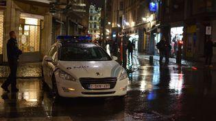 Des policiers belges, lors d'une opération anti-terrorisme, dimanche 22 novembre 2015, à Bruxelles (Belgique). (OLIVIER GOUALLEC / CITIZENSIDE.COM / AFP)