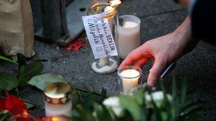 Des bougies déposées au marché de Berlin, touché par un attentat, lundi 19 décembre. (FABRIZIO BENSCH / REUTERS)