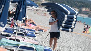 Un plagiste sur la plage de Nice. (MAXPPP)