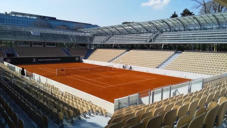 Le court Simone-Mathieu du stade Roland-Garros, désert (JEAN-PIERRE BLIMO / FRANCE-INFO)