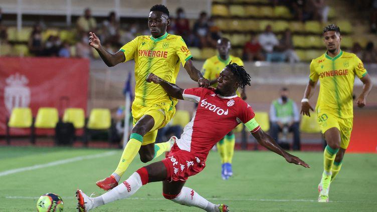 Randal Kolo Muani à la lutte avec Axel Disasi lors du match Monaco-Nantes le vendredi 6 août. (VALERY HACHE / AFP)