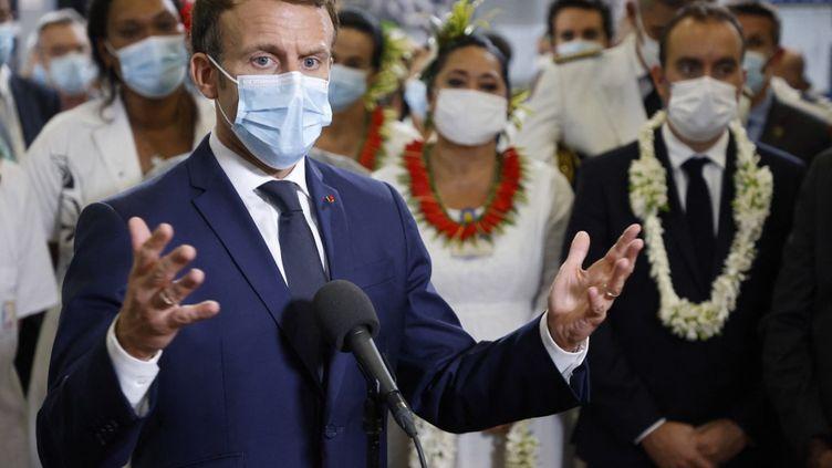 Le chef de l'Etat, Emmanuel Macron, en visite dans un hôpital àPapeete, en Polynésie française, le 25 juillet 2021. (LUDOVIC MARIN / AFP)