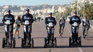 Des policiers municipaux posent sur leurs Segway sur la Promenade des Anglais à Nice (Alpes-Maritimes), le 10 janvier 2012. (VALERY HACHE / AFP)