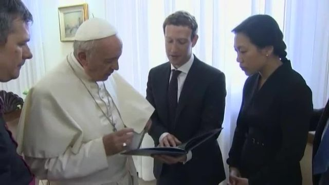 Mark Zuckerberg, reçu au Vatican, offre un drone au pape François