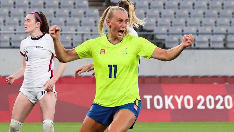 La joie de la SuédoiseStina Blackstenius, buteuse contre les USA lors de la 1re journée du tournoi olympique de football, le 21 juillet 2021. La défaite des Américaines (3-0), c'est la première grande surprise de ces JO. (YOSHIKAZU TSUNO / AFP)