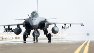 Un Rafale français sur le tarmac de la base aérienne française aux Emirats arabes unis, d'où décollent les avions qui bombardent les positions de l'Etat islamique en Irak, le 25 septembre 2014. (ECPAD / AFP)