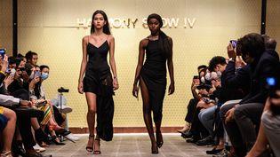 La mannequin Harmony Anne-Marie Ilungale (à droite) défile à Hong Kong, le 6 novembre 2020 (ANTHONY WALLACE / AFP)