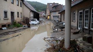 Une rue de la ville de Braunsbach, en Allemagne, inondée par les pluies diluviennes qui sont tombées dimanche 29 mai 2016. (FRANZISKA KRAUFMANN / DPA)