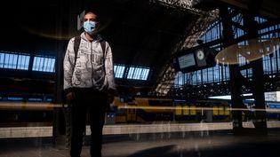 Un usager des transports publics à Amsterdam (Pays-Bas), le 23 juin 2020. (MARTIN BERTRAND / HANS LUCAS / AFP)