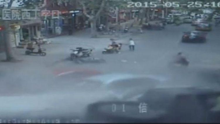 Capture d'écran montrant le camion-citerne renversé, dans la ville deYanshi (province du Henan, Chine), le 25 mai 2015. (CCTV / EVN)