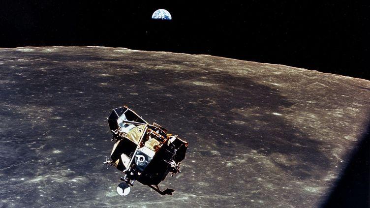 """Le module lunaire """"Eagle"""" rejoignant """"Columbia"""", avec en arrière-plan la Lune et la Terre. (MICHAEL COLLINS / NASA)"""