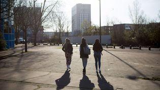 Des lycéennessur le parvis du lycée Maurice-Utrillo de Stains (Seine-Saint-Denis), le 10 avril 2018. (MAXPPP)