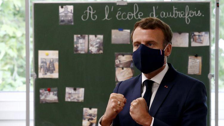 Emmanuel Macron portant un masque noir lors de sa visite aux élèves d'une école de Poissy (Yvelines), le 5 mai 2020. (IAN LANGSDON / AFP)