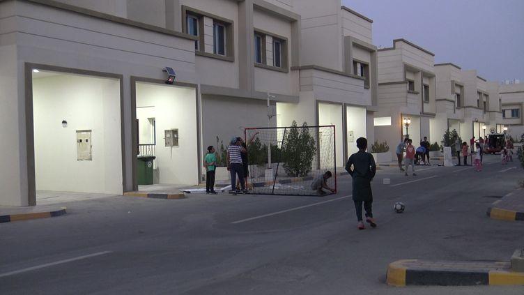 À Doha, le 25 août, de jeunes réfugiés afghans jouent au foot dans un lotissementconstruit pourla Coupe du monde 2022. (GILLES GALLINARO / RADIO FRANCE)
