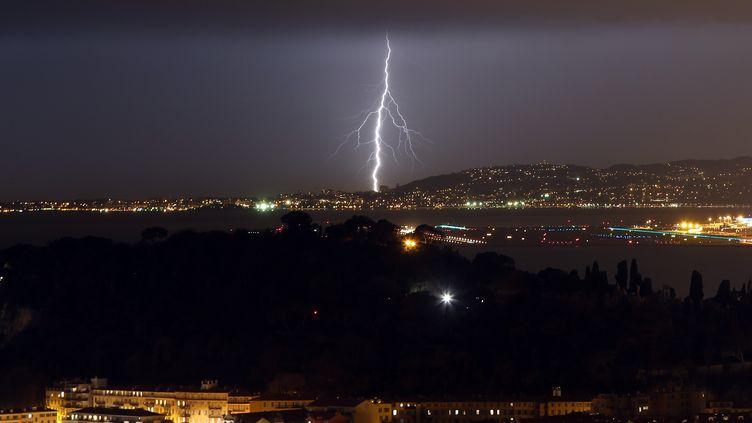 Un orage au-dessus de Nice (Alpes-Maritime), le 3 février 2017. (VALERY HACHE / AFP)