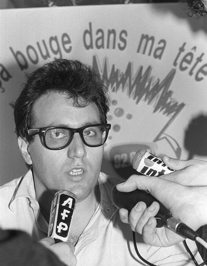 Julien Dray, membre du bureau national de SOS Racisme, réagit à despropos tenus à l'encontre de l'association par le ministre de l'Intérieur, Charles Pasqua, en 1986. (PIERRE VERDY / AFP)
