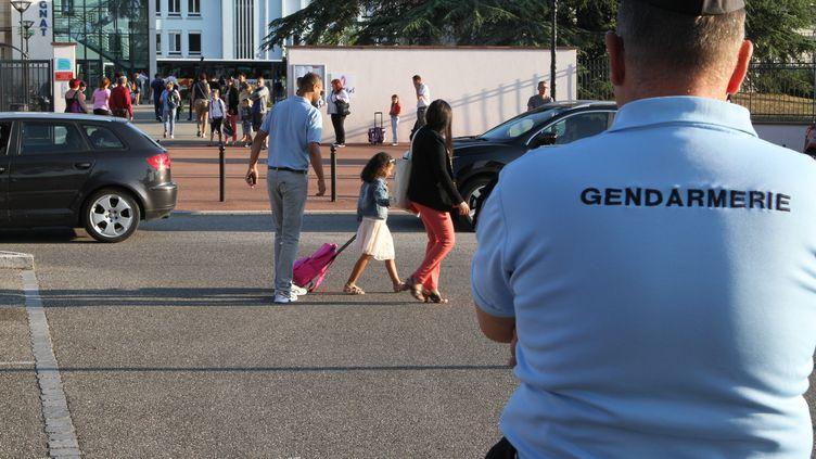 Un gendarme devant un collège, à l'occasion de la rentrée scolaire, le 31 août 2016. (MAXPPP)