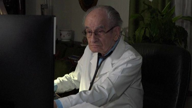 Le 23 heures de franceinfo s'est intéressé au parcours d'István Kärmendi, plus ancien médecin de Hongrie. (FRANCEINFO)
