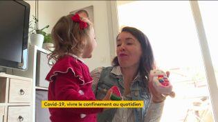 Une maman s'occupe de sa fille pendant le confinement à Nice (FRANCEINFO)