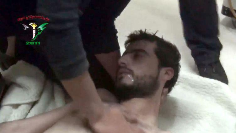 Capture d'écran d'une vidéo montrant un homme sans doute victime d'une attaque chimique à Kfar Zeïta, dans la province de Hama (Syrie), le 12 avril 2014. ( AFP)