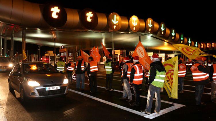 (Le péage de Saint-Arnoult-en-Yvelines, sur l'A10, devrait être concerné par les blocages des routiers dimanche soir. Photo d'illustration  © Maxppp)