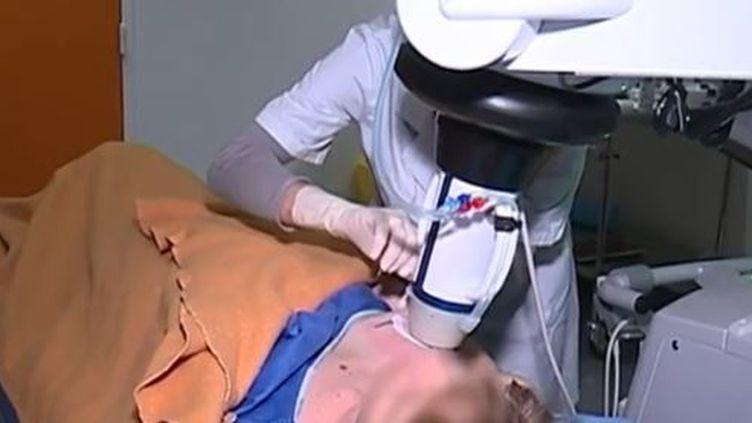 Une femme sur dix est touchée dans sa vie par une tumeur au sein. Pour les traiter, les médecins testent une nouvelle technique, les ultrasons. (FRANCE 3)
