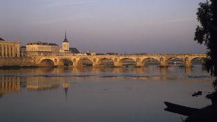 La Loire sous le pont de Saumur (Maine-et-Loire) le 9 juillet 2019. (JEAN DANIEL SUDRES / AFP)