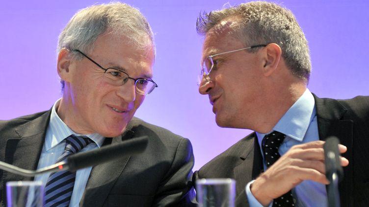 Le président du directoire de Vivendi, Jean-Bernard Lévy, (G) et le PDG de SFR, Frank Esser, (D) lors d'une conférence de presse, le 1er septembre 2009, à Paris. (ERIC PIERMONT / AFP)