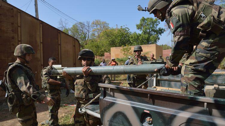 Des soldats français déchargent une roquette trouvée dans un stock de munitions des islamistes, près de Diabali (Mali), le 23 janvier 2013. (ERIC FEFERBERG / AFP)