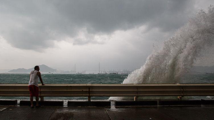 Les vagues déferlent sur la ville de Hong Kong, alors que le typhon Haima s'approche, vendredi 21 octobre 2016. (ANTHONY WALLACE / AFP)