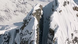 "Capture d'écran d'une séquence du film ""Days of My Youth"" montrant l'hallucinante descente de la montagne Tordrillo en Alaska par le skieur Cody Townsend.  (MSPFILMS / YOUTUBE)"