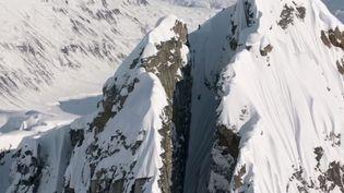 """Capture d'écran d'une séquence du film """"Days of My Youth""""montrant l'hallucinante descente de la montagneTordrillo en Alaska par le skieur Cody Townsend. (MSPFILMS / YOUTUBE)"""