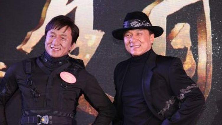 La star du kung fu, Jackie Chan (à droite), et son double de cire, le 19 décembre 2012, à Shanghai, en Chine. (Hu wencheng / Imaginechina)
