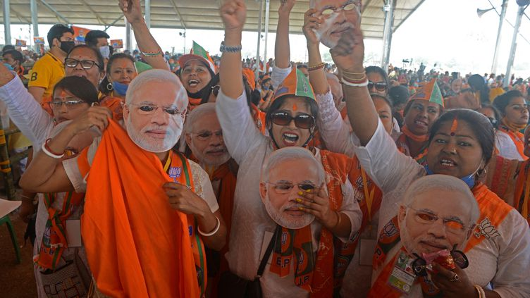 Des partisans du BJP, le parti nationaliste hindou au pouvoir, assistent à un rassemblement public pour les élections législatives de l'État du Bengale occidental, dans la banlieue de Siliguri, le 10 avril 2021. (DIPTENDU DUTTA / AFP)