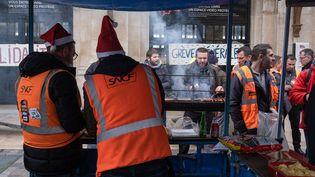 Des agents de la SNCF organisent un barbecue de solidarité avec les grévistes, le 16 décembre 2019, à Bordeaux (Gironde). (VALENTINO BELLONI / HANS LUCAS / AFP)