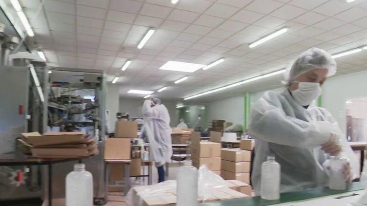 Certaines entreprises n'ont pas cessé de travailler et ont décidé de quelque peu modifier leur production pour la mettre au service de la lutte contre l'épidémie. (France 2)