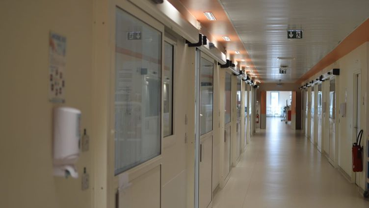 Le couloir du service de réanimation de l'hôpital de Melun en Seine-et-Marne, le 14 juillet 2020. (VICTOR VASSEUR / RADIO FRANCE)