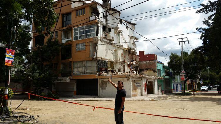Oskar Landin Rodriguez habitait avec sa mère et son oncle au quatrième étage de cet immeuble en partie effondré dans le quartier de la Colonia Narvarte (Mexico). (GRÉGOIRE LECALOT / RADIOFRANCE)