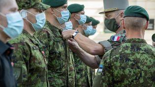 Remise,le 27 août 2020 à Tallinn (Estonie), de décorations aux soldats estoniens blessés à Gao (Mali). Le peloton d'infanterie estonien ESTPLA-26 participe à l'opération Barkhane au Mali.  (Raigo Pajula / AFP)